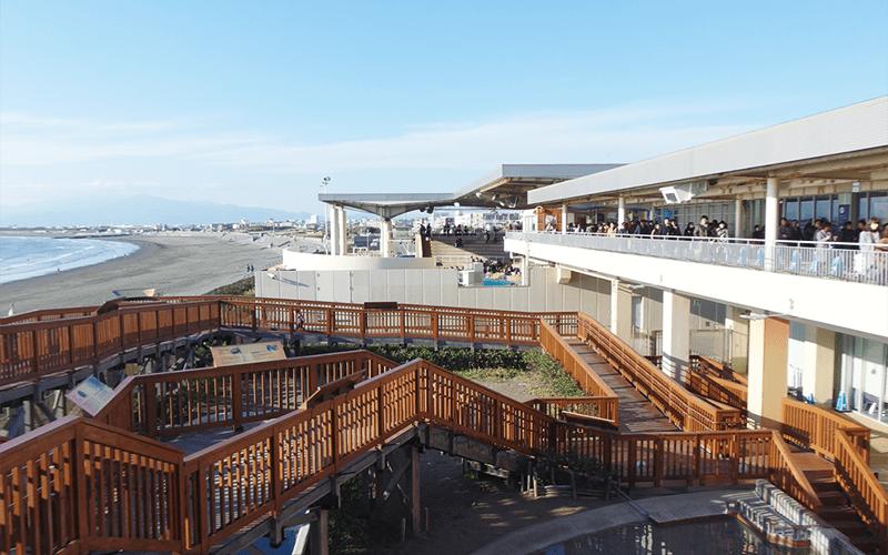 相模湾と海岸を望む新江ノ島水族館(えのすい)外観