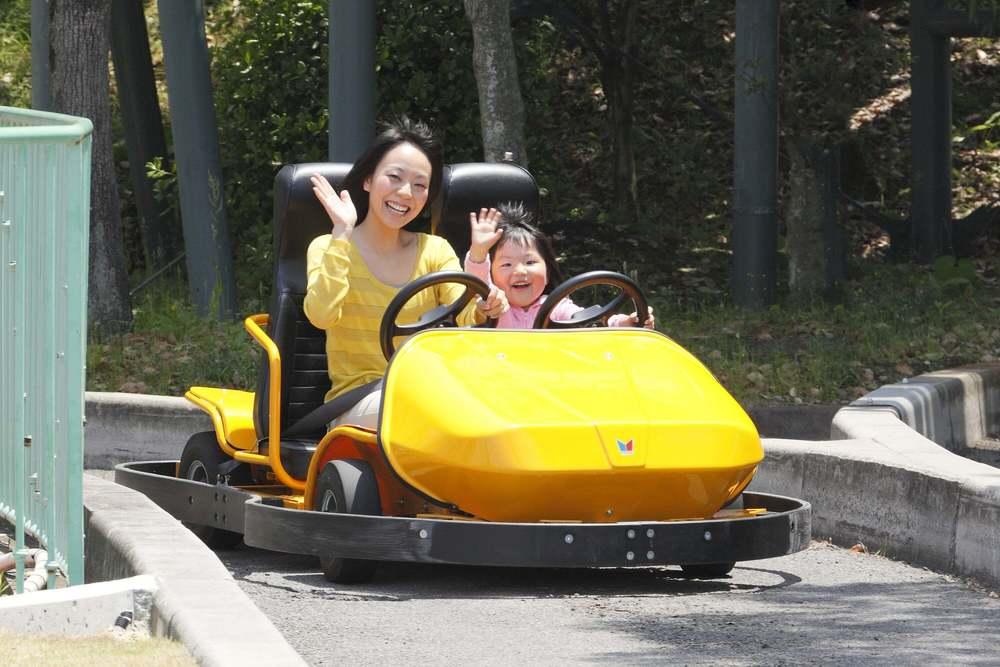 NEWレオマワールド_乗り物のゴーカートでドライブをする親子